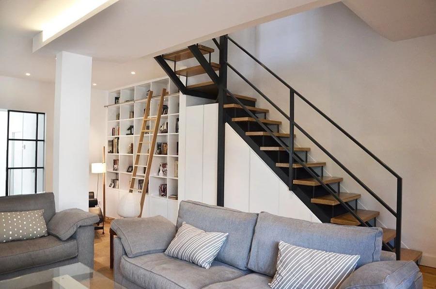 Por baixo das escadas