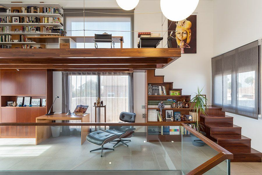 Projeto de escritório com estante e aproveitamento da janela
