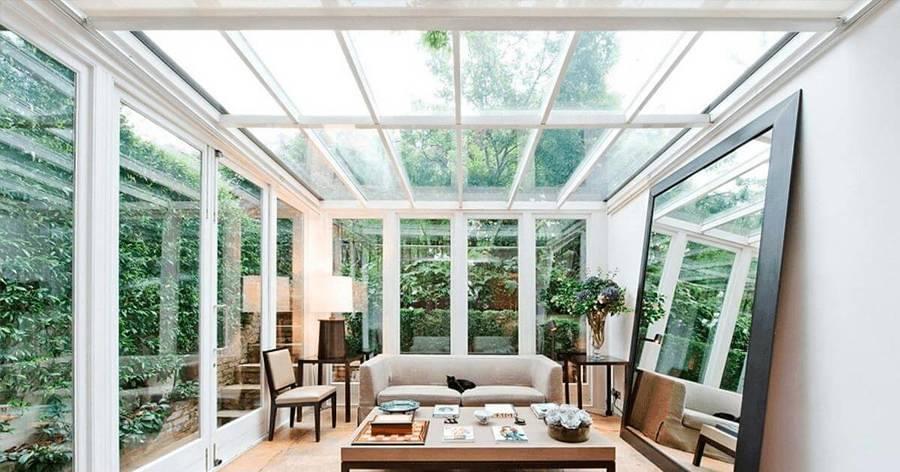 Sala com teto transparente