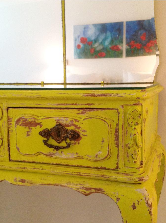 Toucador antigo pintado a amarelo limão
