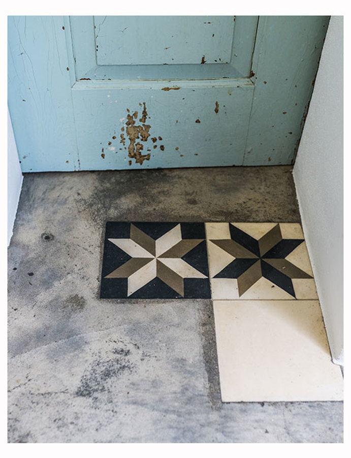 Um detalho do chão com peças de mosaico hidráulico