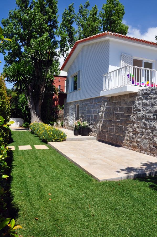 Vista lateral e jardim