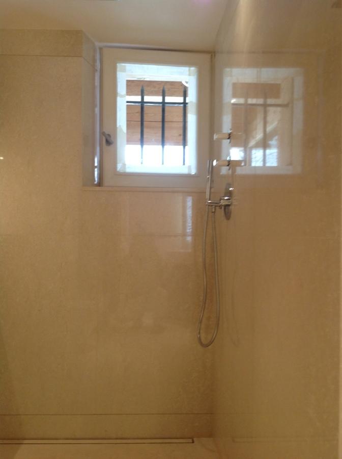 Zona da ducha toda revestida em mármore