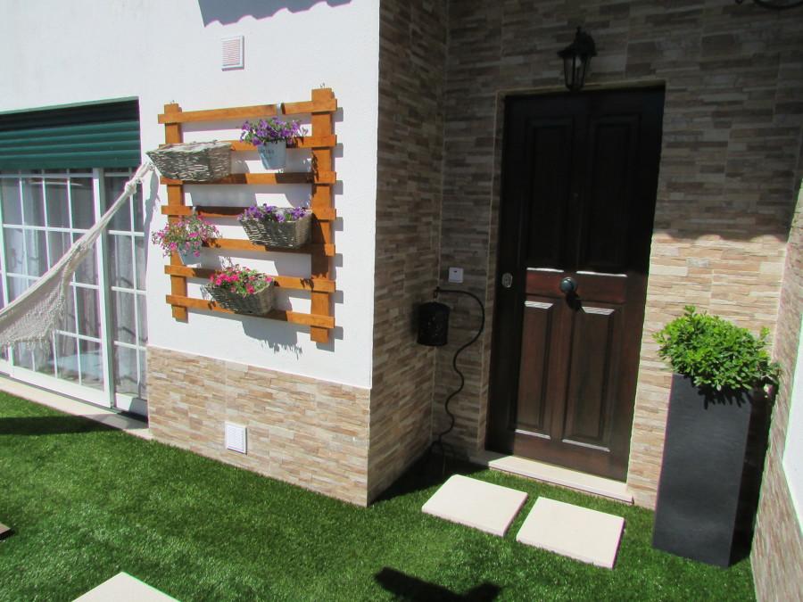 Zona da entrada com jardim vertical