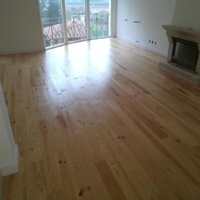 Aplicação de soalho em Pinho e manutenção madeira existente piso superior
