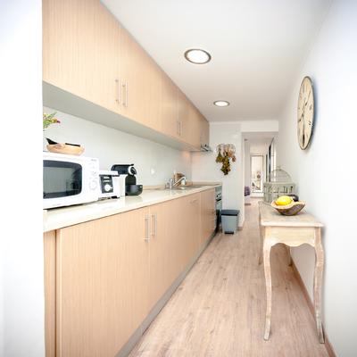 A cozinha pequena em tons claros