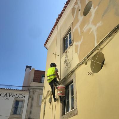 Pintura de edifícios em trabalhos verticais em altura