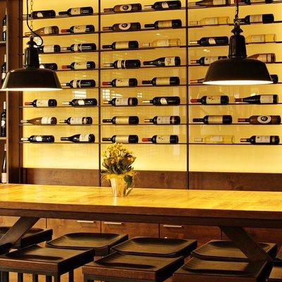 É amante de vinhos? Inspire-se nestas 7 maneiras de armazenamento em casa
