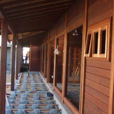 construção de casa de madeira
