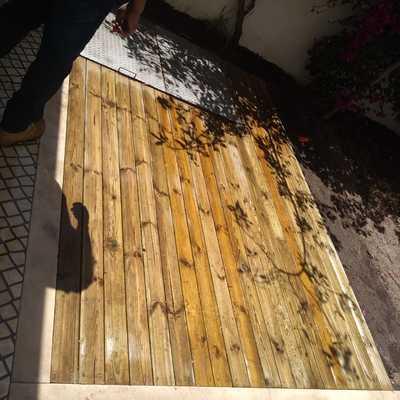 Construção do deck na areá externa.