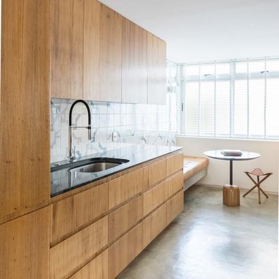 Cozinha e mesa de pequeno almoço integrada