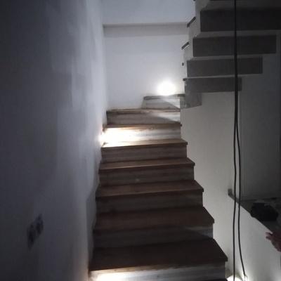 Revestimento degrau de escadas madeira Freixo em microcimento