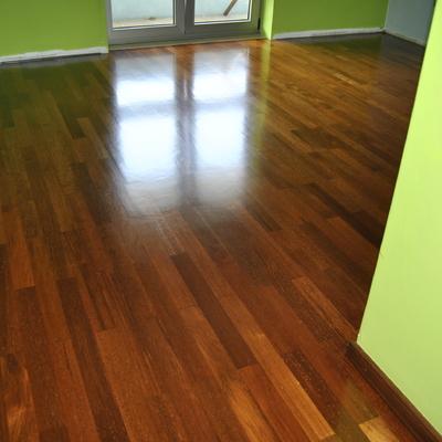 Restauro pavimento de madeira. Afagamento e envernizamento