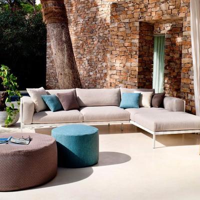 sofá na área da piscina