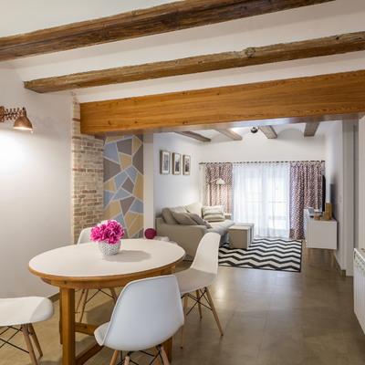 Um pequeno apartamento com vigas de madeira à vista