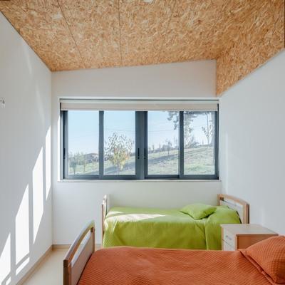Lar - quarto com janela para o jardim.