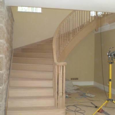Escada curva em suspencao madeira de carvalho