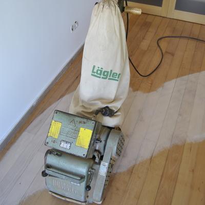 Em Aveiro, Afagamento ( Lixar ) e Envernizamento pavimento de madeira em apartamento.