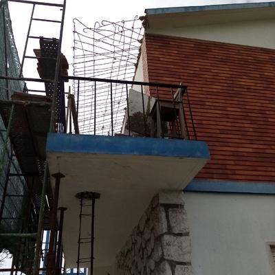 Obra de reforço da laje, com pilares e pala em betão armado