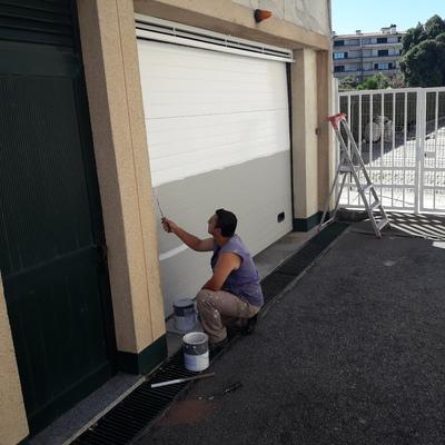 Pintura de um portão de uma garagem