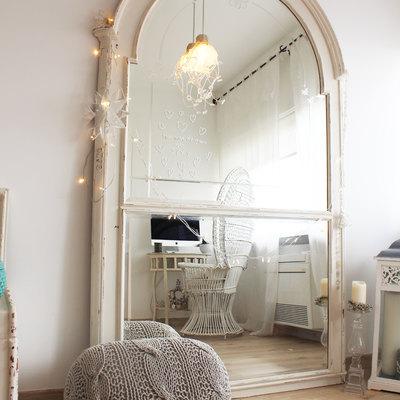 Um espelho de grande dimensão decora a sala