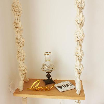Uma mesa de cabeceira pouco tradicional
