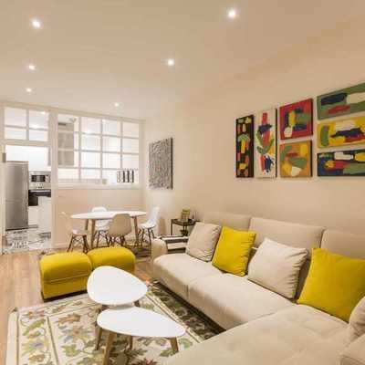 Uma sala de estar moderna ao lado da cozinha