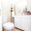 Casas de banho pequenas mas com luz