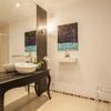 Um espelho grande aumenta a profundidade da casa de banho
