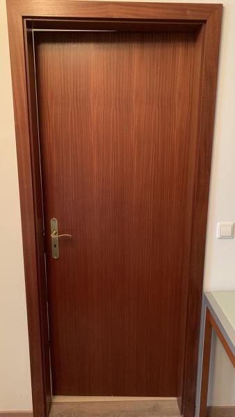 Qual é o valor aproximado para pintar 3 portas interiores, suas correspondentes aduelas e 2 portas de correr de um armário de quarto?