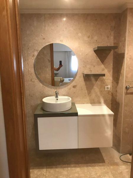 Como resolver humidade entre tampo de vidro e móvel de casa de banho?