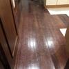 Afagar e envernizar chão madeira